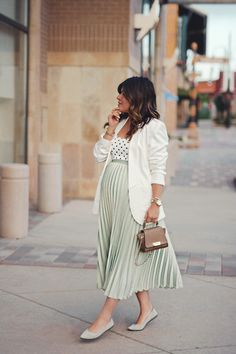 HOW TO STAY CHIC THIS SUMMER WITH ROTHY'S Introducing Rothy's,a shoes brand that proves that fashion and sustainability can go hand in hand. Discover how to stay chic this summer with this brand. Cute Maternity Style, Maternity Skirt, Stylish Maternity, Maternity Wear, Maternity Fashion, Spring Maternity, Maternity Jumpsuit, Pregnancy Wardrobe, Pregnancy Outfits