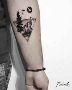 Tatuagem criada pelo Frank Tattooer de Atenas.  Tatuagem em miniatura de paisagem de floresta e montanhas.