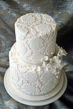 Bolos de casamento com aplicações de biscuit, renda, pérolas e pedrarias