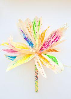 corn husk flower painting with kids Kids Crafts Autumn Crafts, Fall Crafts For Kids, Autumn Art, Kids Crafts, Festive Crafts, Wreath Crafts, Flower Crafts, Diy Flowers, Paper Flowers