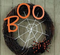 Halloween is getting closer. Are you ready for Halloween decorations? If not, look at the DIY Halloween wreath project I prepared for you today. If you want to find some fun and economical Halloween decorations for your home. These DIY Halloween wrea Spooky Halloween, Entree Halloween, Theme Halloween, Halloween Mesh Wreaths, Halloween Door Decorations, Holidays Halloween, Halloween Crafts, Holiday Crafts, Halloween Halloween