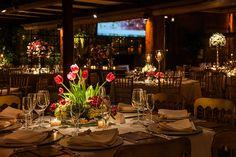 Mariana Bassi criou uma decoração de casamento no Espaço Gardens clássica com toque intimista e aconchegante. Arranjos coloridos complementam a ambientação.