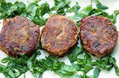 Burgery z fasoli i oliwek. Przepis na kotlety wegetariańskie- idealne jako burgery, podawane np. w bułkach. Sprawdź nasz przepis! Salmon Burgers, Steak, Pork, Ethnic Recipes, Kale Stir Fry, Steaks, Pork Chops