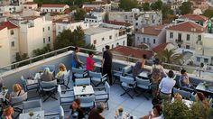 Το cafe bar με την συναρπαστική θέα της Αθήνας, ανεβαίνει επίπεδο φέτος εγκαινιάζοντας μια συνεργασία με τον εξαιρετικό διεθνή mixologist Αλέξανδρο Γκικόπουλο. Acropolis, Best Sites, Cafe Bar, Athens, Terrace, Greece, Tours, Mansions, House Styles