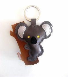 Koala llavero de cuero, muñeco adorno para bolso cosido a mano de color gris y ojos dorados de JYNzapateros en Etsy Leather Keychain, Grey Leather, Key Fobs, Gray Color, You Bag, Hand Stitching, Tatting, Grey Colors, Gold Eyes
