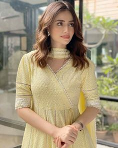 Simple Pakistani Dresses, Pakistani Dress Design, Pakistani Outfits, Pakistani Kurta, Sleeves Designs For Dresses, Dress Neck Designs, Stylish Dresses For Girls, Stylish Girl, Casual Dresses
