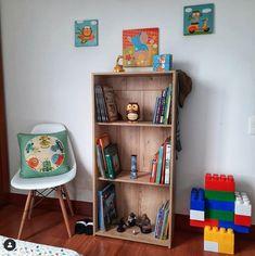 Esta bibiblioteca es bastante comoda... ocupa poco espacio y sin clavar ningun clavito en tu pared💪...puedes utilizarla para los cuentos de tus pequeños, ubicar algun juguete 🧸 que lleve a la cama en la noche y no dejarlo en el piso y que alguno de la casa pum¡!😖los pise en la noche...auch¡!⠀ Ideas Para, Bookcase, Shelves, Simple, Home Decor, Bass, Short Stories, Flats, Beds