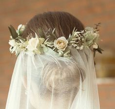 Moño de novia con velo y corona de flores naturales