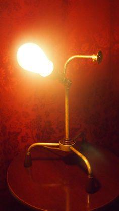 Tämän kaverin työnimi viittaa Pelle Pelottoman apuriin, vaikka käsiä onkin vain yksi ja… Desk Lamp, Table Lamp, Vintage Lamps, Steampunk, Recycling, Lighting, Home Decor, Vintage Light Bulbs, Homemade Home Decor