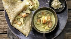 Besonders herzhaft durch nussigen Vollkorngeschmack: Quinoa-Pfannkuchen mit Gemüse-Pilz-Ragout | http://eatsmarter.de/rezepte/quinoa-pfannkuchen