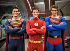 """Another new photo has been posted online, this one showing Grant Gustin (as The Flash) posing with two Supermen… Tyler Hoechlin and Brandon Routh for The CW's upcoming """"Crisis on … Clark Kent, Brandon Routh Superman, Superman Lois, Erica Durance, Lois Lane, Batwoman, Brad Pitt, Tom Welling Smallville, Marvel Dc"""