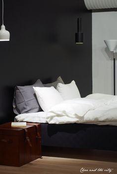 Makuuhuoneessa mustaa <3 Vepsäläinen: http://divaaniblogit.fi/charandthecity/2014/03/27/unelmieni-makuuhuone-vepsalainen/