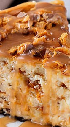 Butterfinger Cheesecake with Caramel Drizzle ~ Incredible. It's truly a match made in cheesecake heaven - Loads of chopped butterfinger candies fill the body of the cheesecake and more is added over the top. The whole thing rests on fudge-filled sandwic Butterfinger Cheesecake, Cheesecake Desserts, Just Desserts, Dessert Recipes, Caramel Cheesecake, Turtle Cheesecake, Frosting Recipes, Savoury Cake, How Sweet Eats