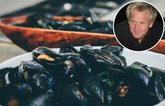 Gordon Ramsay weet overal iets bijzonders van te maken. Ook dit recept voor mosselen heeft een twist waar je waarschijnlijk nog niet aan gedacht had... Gordon Ramsey, Campfire Food, Mussels, Meals For Two, Fish And Seafood, Tasty, Cooking, Recipes, Yum Yum