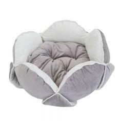 Extravagante cama para gatos en gris claro y blanco perla con forma de una flor, con pétalos muy suavecitos para que su gato pueda acurrucarse y descansar plácidamente
