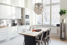 How nice is this kitchen with the big loft windows ? It seems like the perfect place to gather all your friends for a Sunday brunch. I also really like that you can sit on the window sills in this … Continue reading →