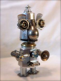 Gros nez - H : 45 cm, robot en métal recyclé, cafetière, moulinette fromage... # sculpture # robot # métal recycled # cafetière # arme laser #