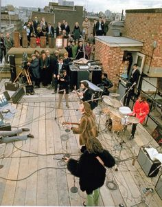 THE BEATLES ON THE ROOFTOP CONCERT 1969 8X10 PHOTO