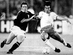 Copa de 1990 - Dunga tenta desarmar adversário durante jogo da seleção contra a Escócia na Copa do Mundo de 1990