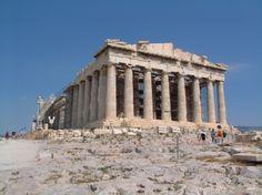 Athènes - Le Parthénon est LE site à voir lorsqu'on est en Grèce et plus particulièrement à Athènes .Situé sur la colline de l'Acropole, le temple actuel, dédié à Athéna la déesse protectrice de la ville, est construit sur un premier temple datant de 490 avant J-C. Conçu par les architectes Ictinos et Calliocratès, le monument est en pierres blanches et marbre blanc. Le temple amphiprostyle est l'objet d'une perpétuelle rénovation.