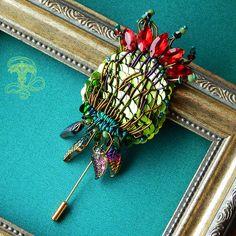 """Брошь """"Цветущий репейник"""" Элегантное украшение, выполненное в технике вышивки, с удобной булавкой-пином. Материалы: Хрусталь, японский бисер, пайетки, натуральная кожа, латунная фурнитура. Размер: Цветок 10*5 см. Мой личный профиль @liliya_berezina lilytiger_jewellery#бутоньерка #брошьручнойработы #вышивка #брошьцветок #цветок #брошькупить #стильнаяброшь #бутоньерка #украшениеналето #красноярск #красноярскукрашения"""