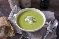Som barn har jag aldrig gillat gröna ärtor! Men beställde in en grön ärtsoppa med ädelost på en restaurang förra sommaren och blev ändrade min uppfattning helt! Jätte gott! Här kommer ett recept på en soppa som går på max 15 minuter att göra!