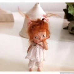 Мини куклы Maria Mercedes Esteve Sole. Размер этих кукол поражает — 3 -5,5 см. Каким образом сшита одежда на таких