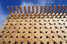 Casa de té en el bosque. Celosías con bloques de madera|Espacios en madera