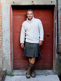 Sexy kilt and sweater combination. I know utilikilts are popular and American, but if you're buying, support Scottish busnesses, and wear your tartan. Fashion Moda, Look Fashion, Mens Fashion, Fashion Vest, Mode Masculine, Tartan, Plaid, Men Wearing Skirts, Skirts For Men