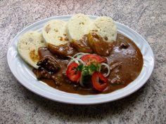 Pravý český kančí gulášek ... příprava s rumem a červeným vínem      Je nastříleno...staženo a naloženo...    prasátka už zase běhají ... Tempeh, Thai Red Curry, Rum, Beef, Cooking, Ethnic Recipes, Food, Breads, Meat