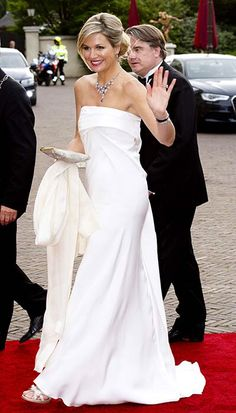 Wow! Maxima is gorgeous in this white evening gown.