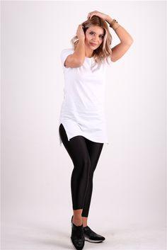 Kenarları Yırtmaçlı Bisiklet Yaka TshirtKumaş Cinsi  :%100 PamukModelin Ölçüleri : 1.68 cm / 36 BedenModelin Üstündeki Beden :SmallYıkama Talimatı:Ürünün iç etiket bölümünde gerekli yıkama talimatı yer almaktadır. Capri Pants, T Shirt, Style, Fashion, Supreme T Shirt, Swag, Moda, Capri Trousers, Tee
