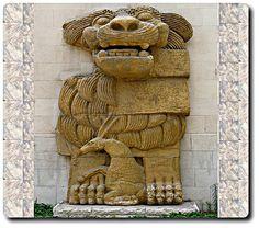 Le #lion de la déesse #Allat détruit à #Palmyre Au commencement de la destruction des #vestiges en #Syrie Première victime des saccages des vestiges de Palmyre, le lion d'Allât a été détruit par les islamo-terroristes qui ont conquis dernièrement la ville syrienne. L'œuvre d'art sculptural représente une antilope accroupie entre les pattes du lion, considéré le gardien du sanctuaire d'Allât.