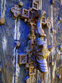 Primitive animal door knocker on double cross plate, Turton Tower, Agraïment a la Margaret Clough, Bolton, England - TRUCADORS / PICAPORTES / ALDABAS / KNOCKERS: BOLTON - ANGLATERRA