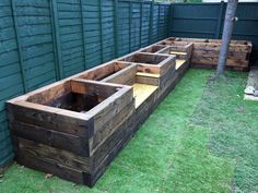 Garden Design Les Mable's raised beds with bench seats from new railway sleepers - Want to learn how to build a raised bed in your garden? Here's a list of the best free DIY raised garden bed plans