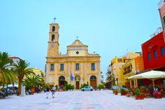 Trimartyrin kirkko komistaa Hanian vanhankaupungin aukiota.  #Hania #Aurinkomatkalla #Aurinkojahti #Kreeta