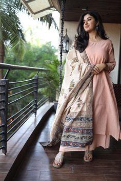 Kurtas Indian Gowns Dresses, Indian Fashion Dresses, Dress Indian Style, Indian Designer Outfits, Pakistani Dresses, Fashion Outfits, Simple Kurta Designs, Kurta Designs Women, Churidar Designs