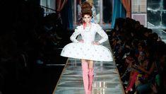 """İtalyan moda eviMoschino, son koleksiyonunda """"Ekmek bulamıyorlarsa pasta yesinler"""" sözüyle tarihe geçen fransa Kraliçesi Marie antoinette'ten esinlendi. Milano Moda Haftası'nda gerçekleşen defileye 18'inci yüzyılın kabarık etekleri ile gökyüzüne doğru yükselen saç modelleri damga vurdu. Defilenin yıldızı eski süper model Cindy Crawford'ın kızıKaia Gerber(18) oldu.   #bellahadidvsgigihadid #cindycrawford #cindycrawforddaughter #fransakraliçesi #fransak Marie Antoinette, Cindy Crawford, Moschino, Istanbul, Harajuku, Style, Fashion, Moda, Stylus"""