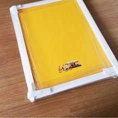 Abaixo as paredes vazias!  Pôster minimalista do filme 'Little Miss Sunshine' no formato A3 com moldura branca prontinho para o envio.  - Veja mais imagens: #ColeçãoPopColorNCDJ - 6 Cores de moldura com acabamento incrível. http://ift.tt/1dqyBxz (link na bio). - #nacasadajoana #abaixoasparedesvazias #pôster #posters #quadros #enquadrados #design #decoração #decor #interiordesign #pinterest #meunacasadajoana #casa #lar