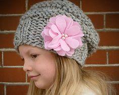 Tuque chapeau enfant en bas âge beaucoup de couleurs avec fleurs en feutrine roses et perles, tricot enfant filles chapeau, tricot enfants, Slouchy Beret de filles de bonnet enfant en bas âge
