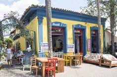 Loja de móveis no Centro Histórico e ao lado um restaurante, em Embu das Artes. Construções coloniais harmonizam com o moderno da cidade.     Mais dicas >> http://www.guiaviagensbrasil.com/blog/embu-das-artes-sao-paulo