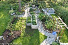 Trädgårdens utveckling, rabatter, växter, hemmabyggen som trädgårdsport, terrass, upphöjda odlingsbäddar.    Mera bilder från trädgården och andra projekt finns på bloggen.