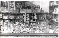 De Poppendokter. 1950.de etalages waren vroeger vaak stampvol heerlijk om heel lang te kijken. Amsterdam, Dutch, Times Square, Memories, Black And White, Gouda, Painting, Travel, Art
