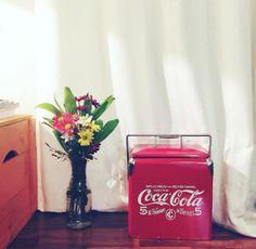 Cooler da Coca-Cola é um ótimo item de decoração pra sala! <3