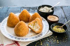 Le arancine al pistacchio sono una preparazione della gastronomia siciliana, preparatele in casa seguendo la nostra ricetta.