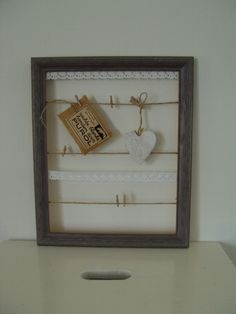 Mooi houten fotoframe voor memo's. Met gespannen touw en kanten bandjes. Kleur taupe. Erg leuk om zo op te hangen of te gebruiken als memobord. -