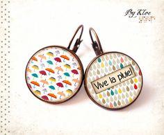 Boucles d'oreilles dormeuses Cabochons • La pluie • parapluie gouttes gris bleu rouge jaune verre : Boucles d'oreille par bykloe