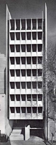 Edificios de Oficinas, Calle Praga 56, Colonia Juárez, México DF 1965 Arch Architecture, Amazing Architecture, Contemporary Architecture, Building Exterior, Building Facade, Mexico City, Facade Pattern, Modern Architects, Concrete Structure