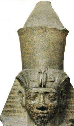 Estatua del faraón Shabaka, III Periodo Intermedio, XXV Din o Din.Kushita. De estilo tebano, cabeza colosal de granito rosa. Influenciada por el clasicismo del reino Medio como el doble uraeus.