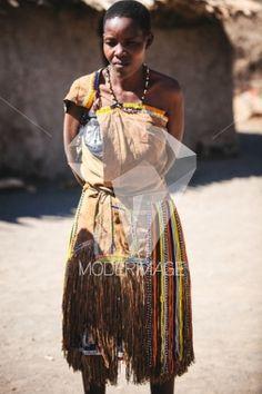 Mulher com roupas tradicionais/Woman with traditional clothes by Artur Cabral – Moderimage